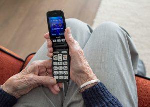 Ein Notrufhandy für Senioren gibt Sicherheit